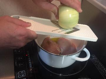 玉ねぎをみじん切りにして鍋に入れる