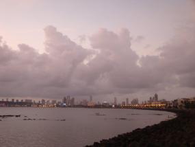 ムンバイの海沿いの道、通称マリーン・ドライブ